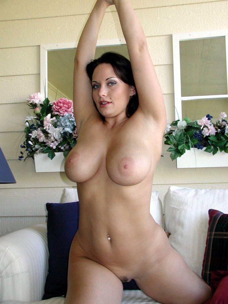 Baiser dans les gros seins de Julie
