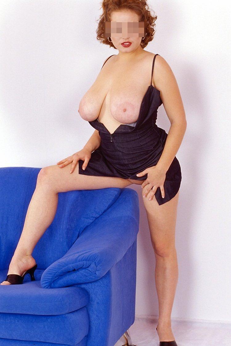 Belle salope montre ses gros seins